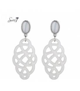 Witte oorclip oorbellen met een mooie langwerpige hanger
